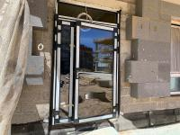 Sumontuotos pagrindinio įėjimo į pastatą durys