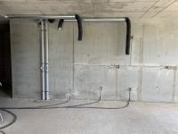 Išvedžioti kanalizacijos stovai ir išvedžiota elektros instaliacija